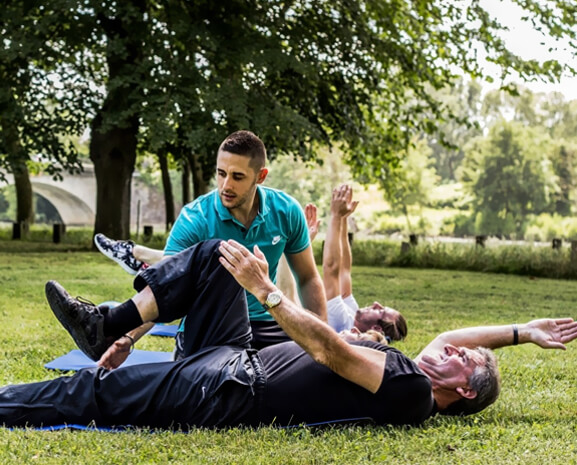 Sport en groupe et séances collectives avec un coach sportif